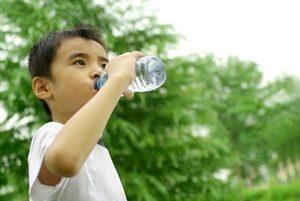 Trẻ em có nên thường xuyên uống nước khoáng?